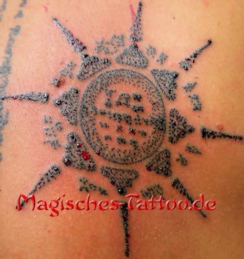 Blutiges Tattoo, traditionell gestochenes Tattoo